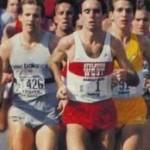 Alberto Salazar (de camisa vermelha) liderando a Maratona de Nova York em 1982 a qual venceu em 2:09:19
