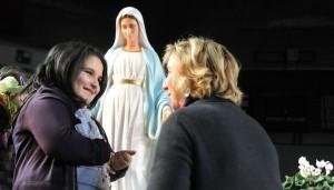 Vidente Marija reza com milhares pela paz