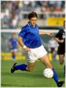 Roberto Mancini durante a Copa do Mundo de 1990 quando a Itália levou o bronze em casa. Mancini jogou 36 jogos nacionais para a Itália, e ganhou um título da liga, quatro taças nacionais e uma Taça dos Campeões Europeus em 566 jogos (171 gols) para Sampdoria. 48 anos hoje, Mancini é o gerente com o Inglês Manchester City