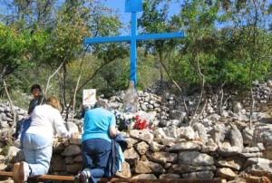 A Cruz Azul no sopé da colina das aparições em Medjugorje, onde muitos tiveram lugar, e onde Raffaella Mazzocchi tevr a visão do olho direito de volta