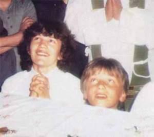 Jakov e Vicka, durante uma aparição em 1984. A Virgem pediu para Vicka ficar em Medjugorje e cuidar de Jakov que ficou órfão aos 12 anos.