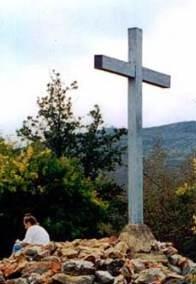 Cruz de madeira erguida a meio caminho colina das aparições em Medjugorje, onde a Virgem Maria apareceu para Marija Pavlovic sozinho em 26 de junho de 1981