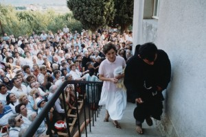 A vidente Marija Pavlovic entrando na secretaria da paróquia de Medjugorje no verão de 1981, o primeiro ano das aparições.
