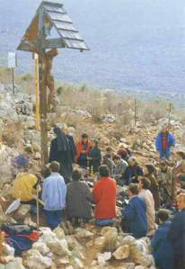 Colina das aparições em Medjugorje, no local onde a primeira aparição ocorreu. Engolfada na paz de Deus, a montanha tem sido um lugar de oração  desde então.