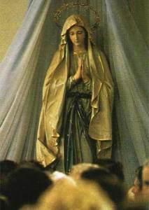 """Estátua da Virgem Maria rezando na Igreja de São Tiago, Medjugorje. A Virgem precisa das orações de seus filhos para levar cada um à salvação e para alcançar a conversão do mundo e o que ela se referiu como """"uma era de paz"""""""
