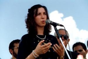 Quase 20 anos mais jovem, mas viajando o mundo com a mesma mensagem hoje: Marija Pavlovic-Lunetti discursando para uma multidão, em Belo Horizonte, Brasil, em 1993