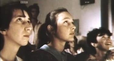 Marija, Ivanka, Jakov (meia escondido) e Vicka durante uma aparição sobre 1982-83, quando a Virgem Maria confiou-lhes a maioria dos 10 segredos proféticos.