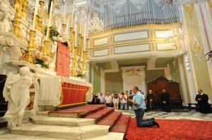Momentos antes da aparição de Nossa Senhora em Laigueglia, Itália em 20 de setembro de 2012.