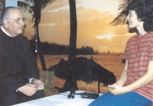 """Vidente Vicka Ivankovic e o padre franciscano Janko Bubalo durante uma de suas sessões de entrevista em 1983-84. """"Tudo o que tenho a dizer sobre os segredos eu disse ao padre Janko Bubalo"""", Vicka disse em uma ocasião posterior."""