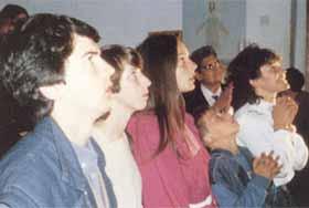 Vicka (extrema direita), durante uma aparição ao grupo em 1982, quando os videntes receberam uma série de segredos. Da esquerda para a direita os outros videntes são Ivan, Marija, Ivanka e Jakov.