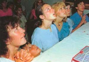 Quais são os videntes sendo mostrados aqui? Jakov de 11 anos é o único a olhar calmo nesta foto de 1982, ano em que os videntes receberam a maior parte dos segredos mais tardios, e quando a Virgem Maria lhes mostrou imagens decorrentes do futuro. A julgar pelas expressões faciais dos outros videntes, esta pode muito bem representar a ocasião.