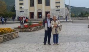 Lina Martelli e seu marido em frente a Igreja de St. James em Medjugorje. Tendo vivido por 30 anos com miopia, poucos dias depois, o Sr. Martelli não precisa mais usar óculos.