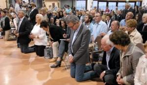 O prefeito Giovanni Miozzi estava na primeira fila junto a multidão que assisitia a aparição de Nossa Senhora à vidente Marija em 13 de outubro de 2012