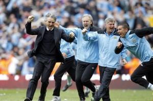 Mancini comemora com sua equipe do Manchester City após conquistarem o título em 13 de maio de 2012.