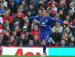 Croata Nikica Jelavic atacante, nascido nas proximidades de Medjugorje, comemora um de seus dois gols contra o Manchester United em 22 de abril, participando de um jogo de volta para os sonhos da United título. Dois dias antes, Roberto Mancini conheceu o atacante do Everton em um restaurante, e pediu-lhe para marcar