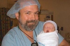 """O médico John Bruchalski com um de seus """"filhos"""". O doutor realizou muitos abortos antes de visitar Guadalupe e Medjugorje que o levaram a uma reflexão e deram a ele uma nova vida."""