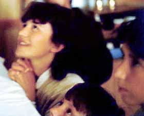 Vicka, Jakov e Marija durante uma aparição, em 1983, o último ano dos três primeiros quando a Virgem Maria confiou a maioria dos segredos para os videntes. A expressão facial alegre de Vicka pode ser um prenúncio de como a vida na Terra será, na nova era profetizada pela Virgem