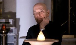 """Padre Gabriele Amorth (nascido em 1925) foi ordenado sacerdote em 1954 e tornou-se um exorcista em 1986. Até o ano 2000 ele serviu como o exorcista-chefe para a diocese de Roma e ele tem permanecido ativo desde a sua aposentadoria oficial. Em 1990, ele fundou a Associação Internacional de Exorcistas, da qual foi presidente até a sua aposentadoria no ano 2000, sendo agora presidente honorário. Ao longo dos anos, padre Amorth tem abraçado a causa de Medjugorje, a qual ele chama o lugar de """"uma grande fortaleza contra satanás""""."""