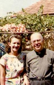 Padre Gabriele Amorth, na década de 80, com a vidente Vicka Ivankovic em Medjugorje.