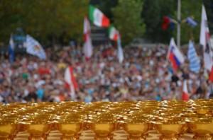 Milhares de Sagradas Comunhões, prontas a serem distribuidas no festival da juventude em Medjugorje em 2012.