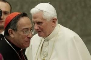 Papa Bento XVI com o cardeal Oscar Andrés Rodríguez Maradiaga de Honduras que disse o Papa lhe disse para julgar a árvore pelos seus frutos em relação a Medjugorje