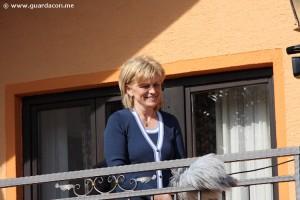 Vidente Mirjana falando para os peregrinos em Medjugorje. Foto: Daniel Miot