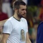 O goleiro da seleção croata, Stipe Pletikosa, usando uma camiseta com a imagem da Virgem de Medjugorje.