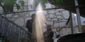 Um raio de luz sobre Vicka enquanto ela está falando aos peregrinos