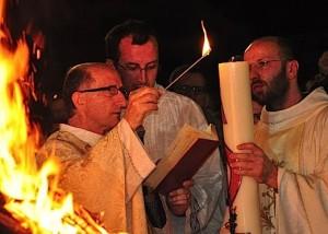 Fr. Svetozar Kraljevic (à esquerda) passará o comando da vila da mãe para o outro franciscano, quando ele sai Medjugorje depois de quase 30 anos, para servir na capital croata, Zagreb.