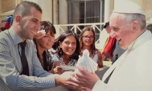 Papa recebe alegremente a Rainha da Paz