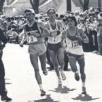 """Alberto Salazar atrás de Dick Beardsley e Ed Mendoza. Em 1982 na maratona de Boston quando Salazar ganhou em uma vitória épica em uma das decisões de maratona mais apertada de todos os tempos. Salazar ganhou a corrida depois conhecida como o """"O duelo no sol"""". Na linha de chegada Alberto desabou sendo levado para uma sala de emergência e receber 6 litros de água intravenosa, não tendo bebido durante a corrida."""