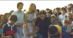 """Uma das primeiras fotos conhecidos dos videntes, tomada na colina das aparições em 29 de junho de 1981, o sexto dia das aparições. Da esquerda para a direita: Ivan, Marija, Mirjana, Ivanka, Vicka e Jakov """"."""