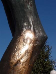 A perna direita da escultura a partir de onde o líquido começou a pingar em 2001