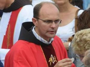 Frei Mario Knezovic durante uma missa em Medjugorje. Durante vários anos, o pároco franciscano chefiou o Centro de Informações, e atuou como editor-chefe da Rádio Mir Medjugorje