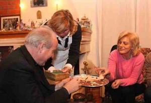 Enquanto o Cardeal Schönborn elogia os frutos de Medjugorje, é de outros pratos locais que ele está sendo servido aqui - pela vidente Marija Pavlovic-Lunetti durante a visita do Cardeal para o Ano Novo de 2010. A direita: a vidente Mirjana Dragicevic-Soldo