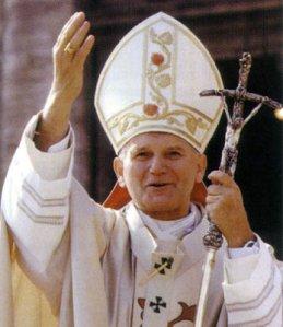 """Beato João Paulo II - um fervoroso defensor dos Dez Mandamentos e um crente forte, embora não publicamente declarado,  das aparições da Nossa Senhora em Medjugorje. Enquanto sua encíclica de 1993 """"Veritatis Splendor"""" assume Os Dez Mandamentos, o Papa fez uso de declarações particulares aos videntes, bispos e padres para, mais discretamente, sinalizar o seu apoio a Medjugorje. Após o seu nascimento para o Céu em 2005, o  que acabou por ser o grande afeto de João Paulo II por Medjugorje ficou documentado em suas cartas escritas à mão para os amigos na Polônia."""