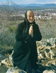 Uma moradora local respondendo ao chamado da Nossa Senhora à oração.