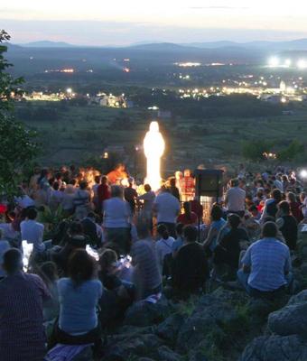 Em Medjugorje a Virgem Maria reúne seus filhos em torno dela. Primeiro de tudo  ela ensina as pessoas a orar, e por isso a vila também é conhecida como a escola de oração de Maria.