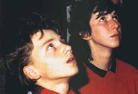 Marija Pavlovic e Jakov Colo durante uma aparição no final de 1986, quando a Virgem Maria deu a Marija a mensagem abaixo.