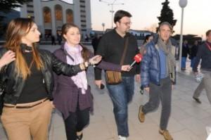 Técnico de futebol italiano Roberto Mancini sendo assediado por repórteres em Março, durante a primeira de suas duas visitas a Medjugorje em 2012.
