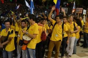 Voluntários locais à espera da procissão de abertura do festival em 3 de agosto. Foto: Lidija Paris, Facebook