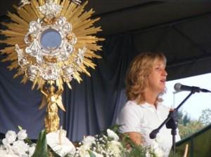 Marija falando para a multidão em Cassola, Itália em 22 de setembro de 2012.