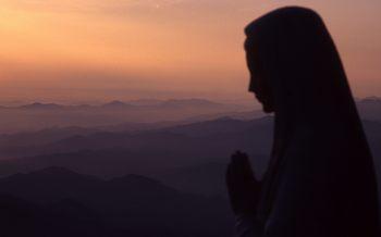 Uma mãe rezando por seus filhos, pedindo às crianças. Os eventos escondidos pelos segredos pode ser menos graves, a Virgem Maria disse - através, em primeiro lugar, da oração, o jejum e penitência.