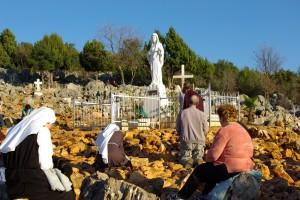 Colina das aparições em Medjugorje, o local da primeira aparição, onde os videntes têm mantido que um sinal permanente aparecerá para estimular as conversões, e autenticar aparições da Virgem Maria