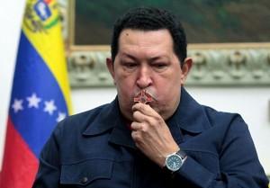 O presidente Hugo Chávez beijando o crucifixo em 8 de dezembro de 2012.