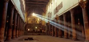 Dentro da Igreja da Natividade, em Belém. A igreja única grande que sobreviveu intacto desde o início do período cristão é provavelmente muito pequeno para conter o número de pessoas esperadas para as aparições de Vicka