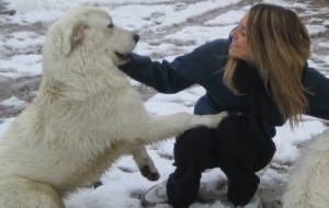 Elena Artioli brinca com o seu cachorro de estimação.