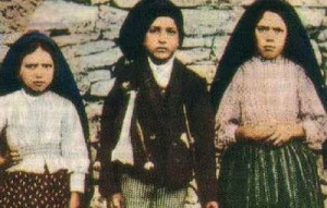 Os videntes de Fátima, a quem, em 1917, a Virgem Maria profetizara o triunfo do seu Imaculado Coração, juntamente com outras profecias que foram todos cumpridas no século 20
