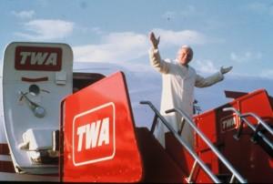 Papa João Paulo II deixando um avião - seu veículo escolhido Quando Ele queria abençoar Medjugorje.