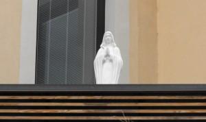A estátua de Nossa Senhora de Medjugorje na varanda do pátio da prefeitura em Meda, no norte da Itália.